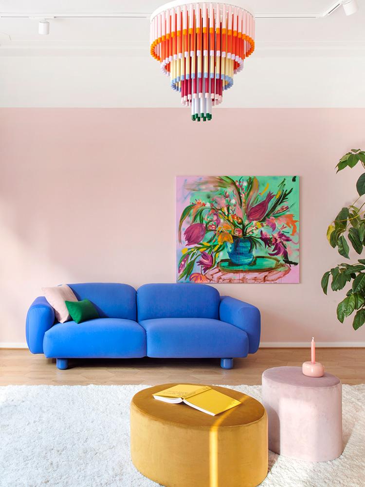Hakola Jumbo Wool -sohva sinisellä Planum-kankaalla, Cocktail-varjostin ja Moon-rahit