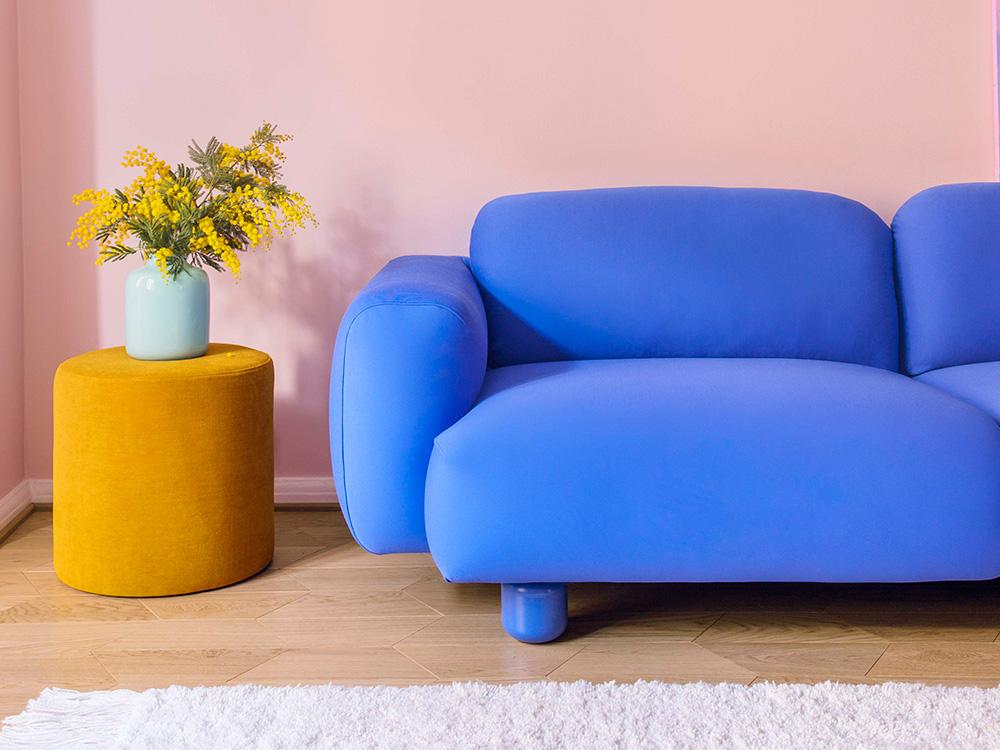 Hakola Jumbo Wool -sohva sinisellä Planum-kankaalla ja Moon-rahi okran värisellä Soft-kankaalla.