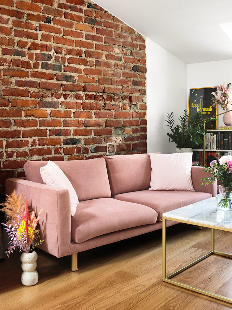 Hakola Friends: Cosy Pocket Classic 3:n istuttava sohva vaaleanpunaisella Soft-kankaalla Ellinooran kotona