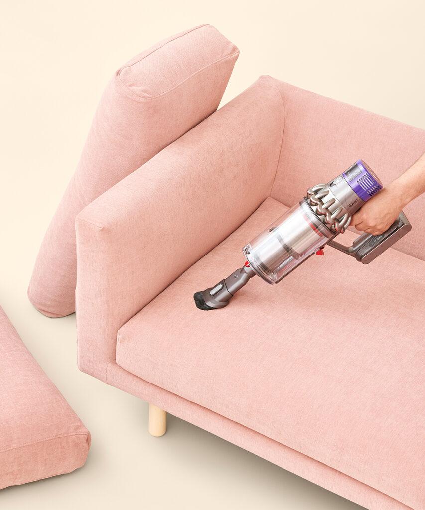 Hakola on Wheels -huoltopalvelu: sohvan imurointi