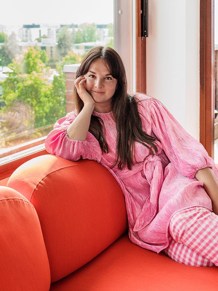Hakola Friends: Jumbo Wool -sohva punaisella Planum-kankaalla Elisa K:n kotona