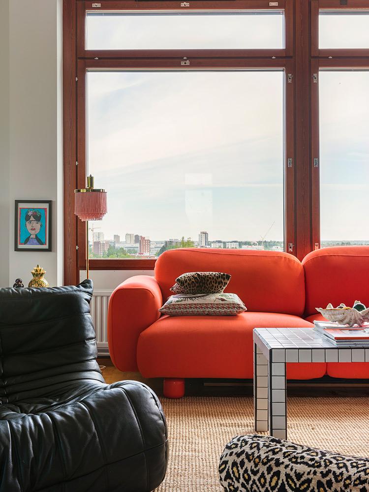 Hakola Friends: Jumbo Wool -sohva punaisella Planum-kankaalla ja sitruunan värinen Pampu-villahuopa Elisa K:n kotona