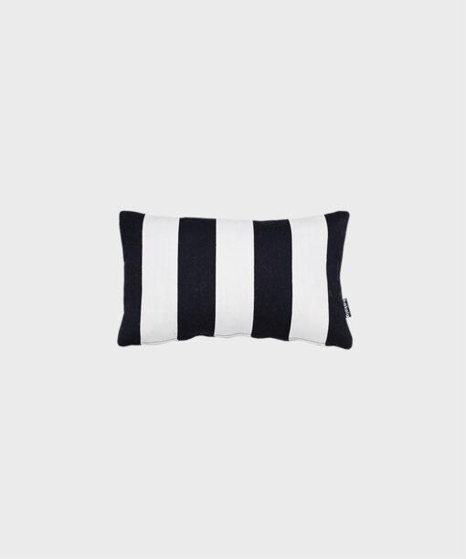 Hakola Jokiraita-sisustustyyny mustavalkoisella Jokiraita-kankaalla