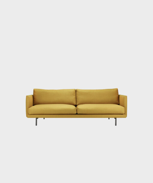 Hakola Lazy Classic 3:n istuttava -sohva pomelon värisellä Cancas 2 -kankaalla ja mustilla metallijaloilla