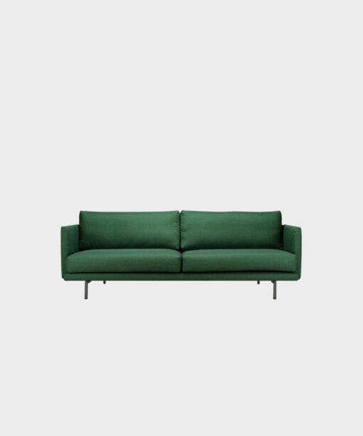 Hakola Lazy Classic 3:n istuttava -sohva vihreällä Cancas 2 -kankaalla ja mustilla metallijaloilla