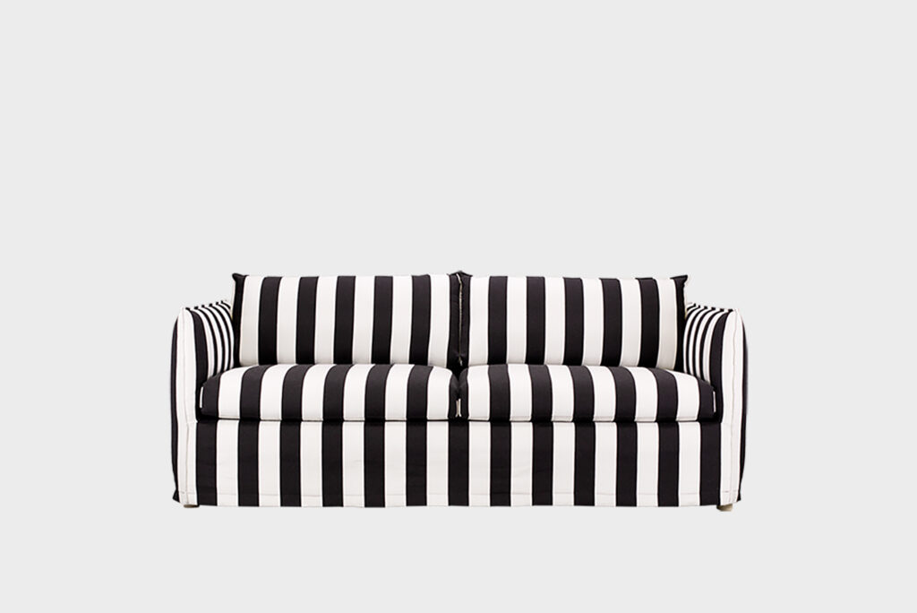 Hakola Filippa Wool -sohva mustavalkoisellaJokiraita-kankaalla.